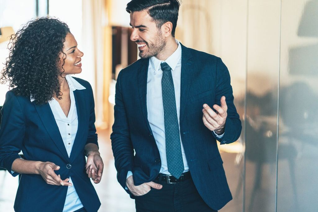 homme et femme en costume flirtant entre eux signes d'attraction