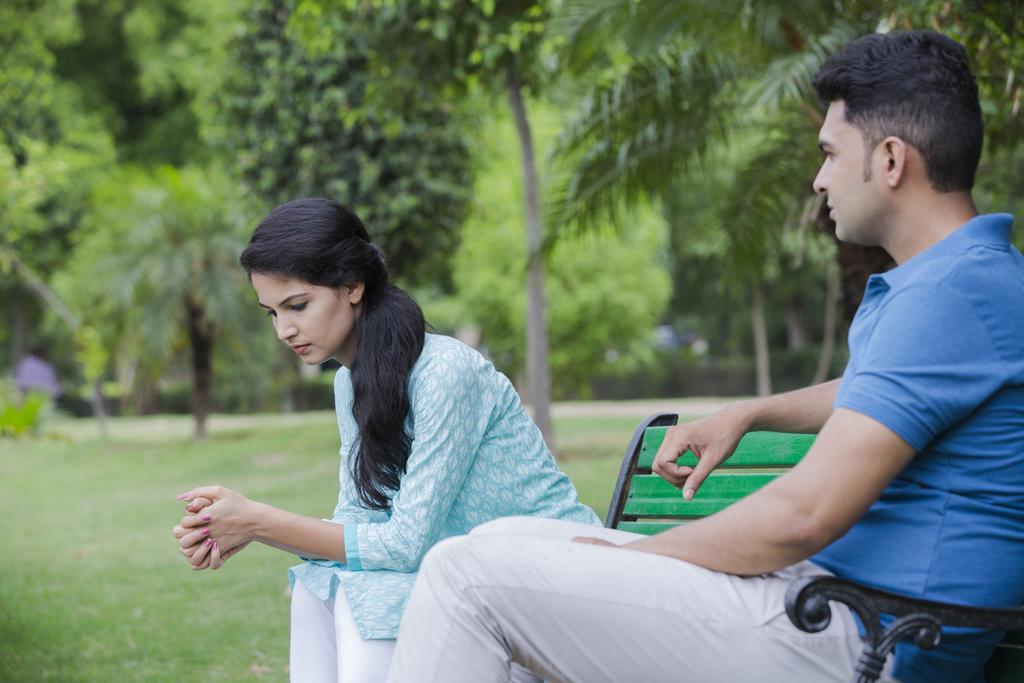 un couple sur un banc de parc se battant pour sauver une relation