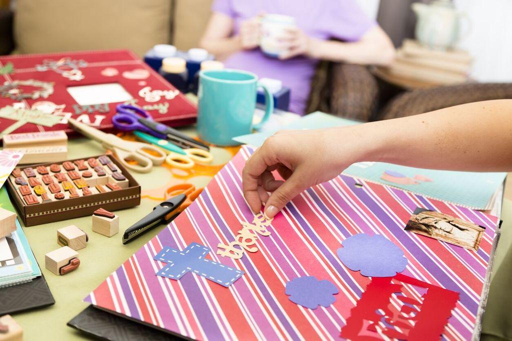 main collant un mot fait de papier faire un tableau de vision