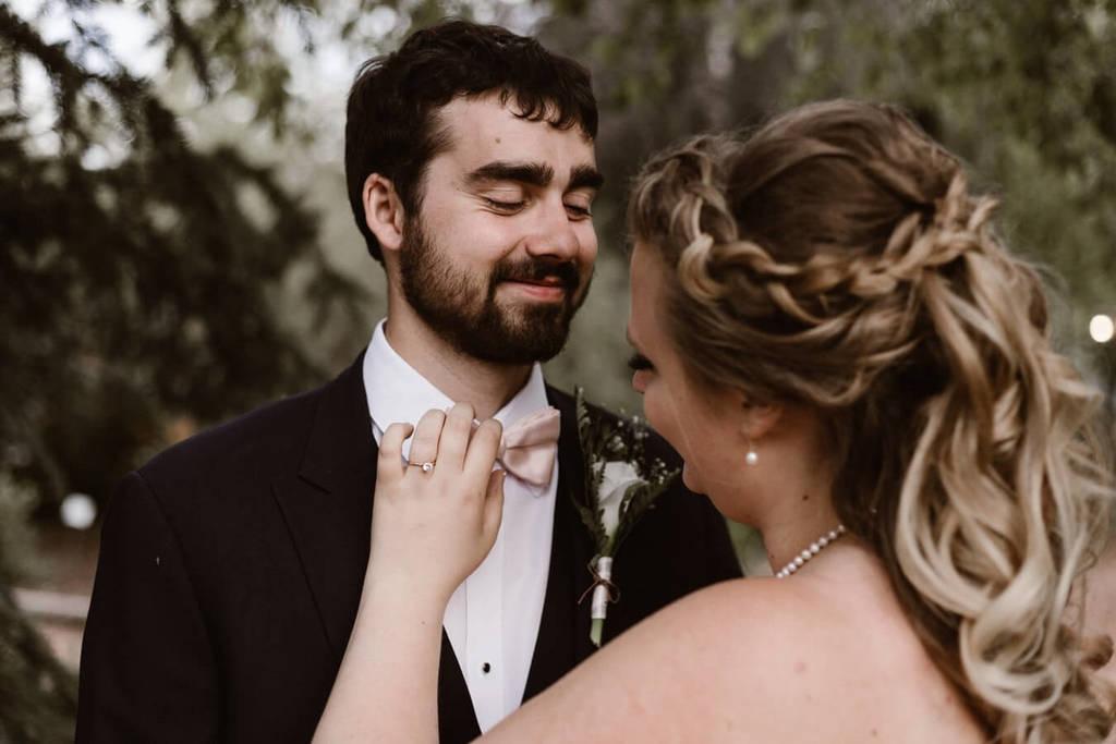 femme fixant les hommes cravate de nœud papillon questions à poser avant le mariage