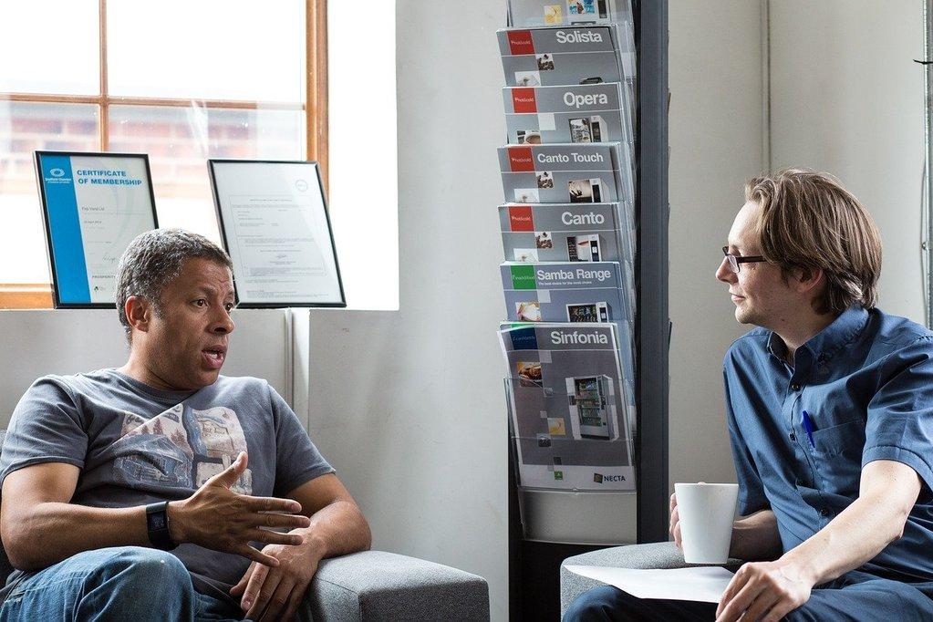 l'homme parle pendant que la femme écoute des questions profondes pour mieux se connaître et connaître les autres