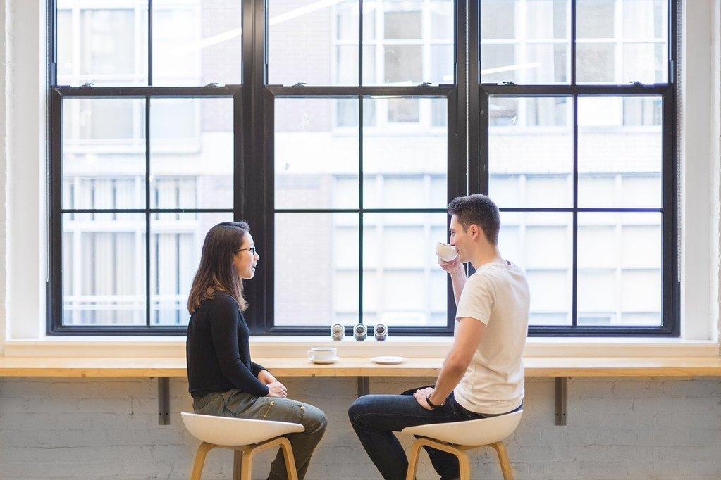 un homme et une femme qui discutent de questions profondes pour mieux se connaître et connaître les autres
