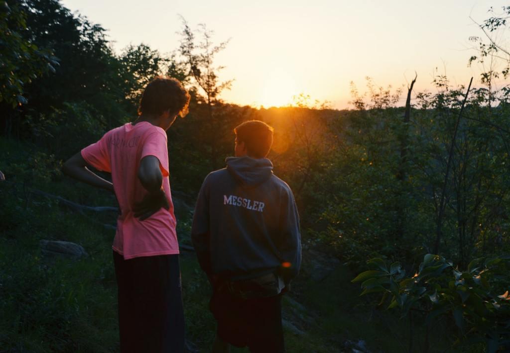 deux hommes en dehors du coucher du soleil une amitié unilatérale