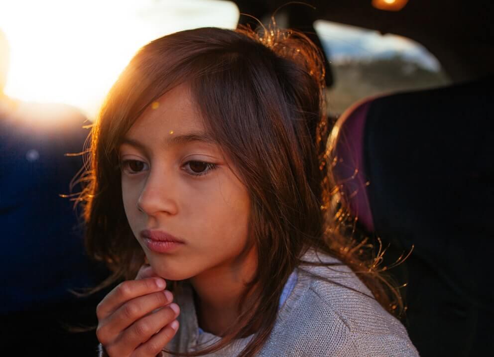un jeune enfant triste dans sa voiture Des parents qui abusent émotionnellement