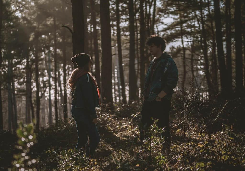 couple parlant sur une forêt ce que disent les tricheurs