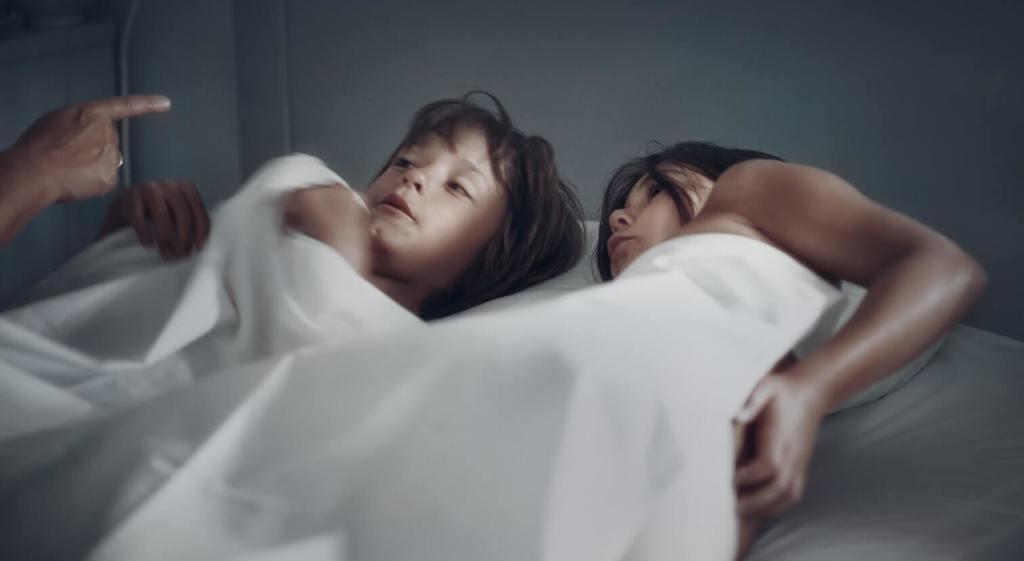 deux enfants pointés du doigt alors qu'ils sont au lit des parents violents