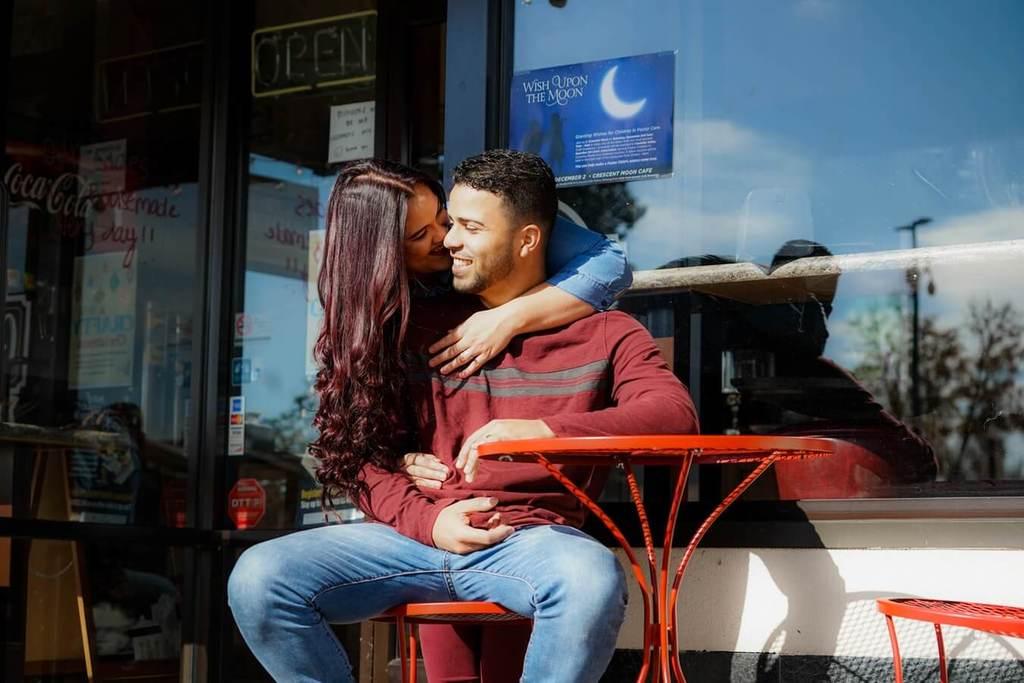 une femme étreignant un homme assis par derrière préféreriez-vous des questions pour le couple