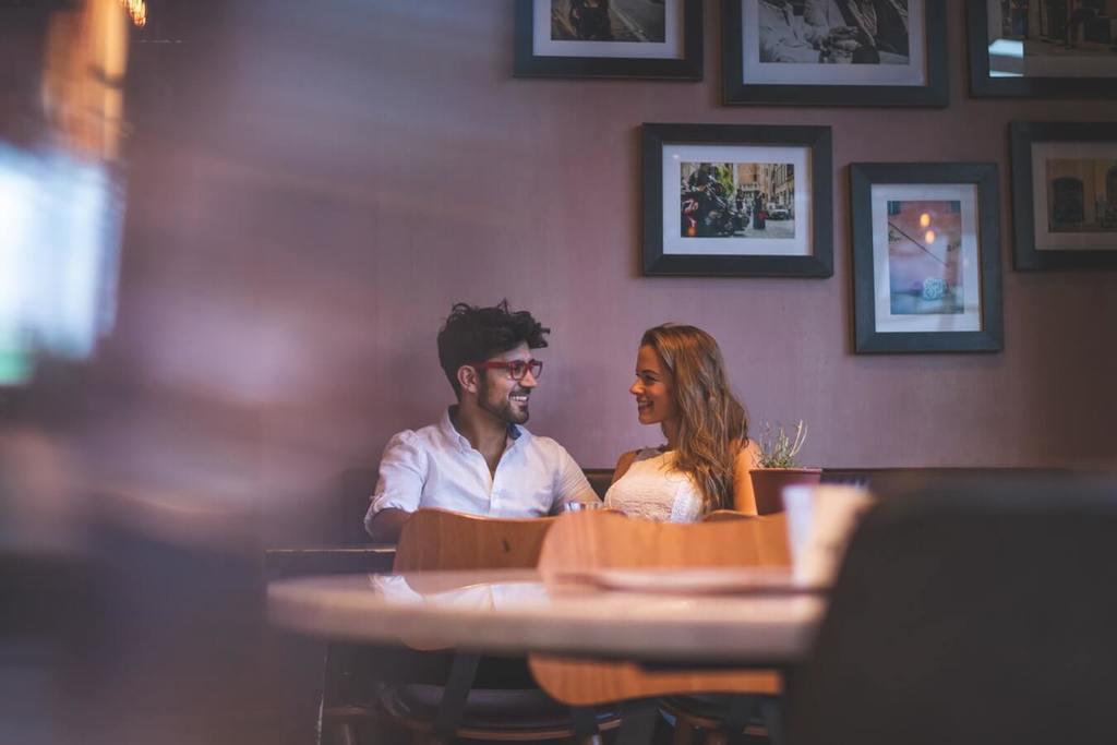couple parlant à l'intérieur d'un restaurant préféreriez-vous des questions pour couple