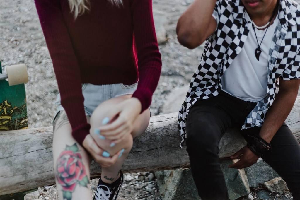 homme et femme assis sur un rondin préféreriez-vous des questions pour couple