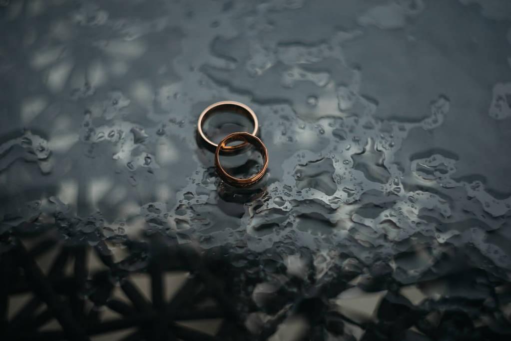 deux anneaux sur une surface humide questions à poser avant le mariage