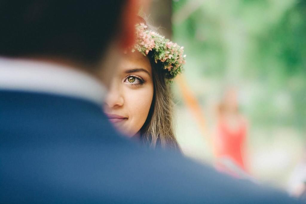 femme face à l'homme avec seulement la moitié de son visage on peut voir les questions à poser avant le mariage
