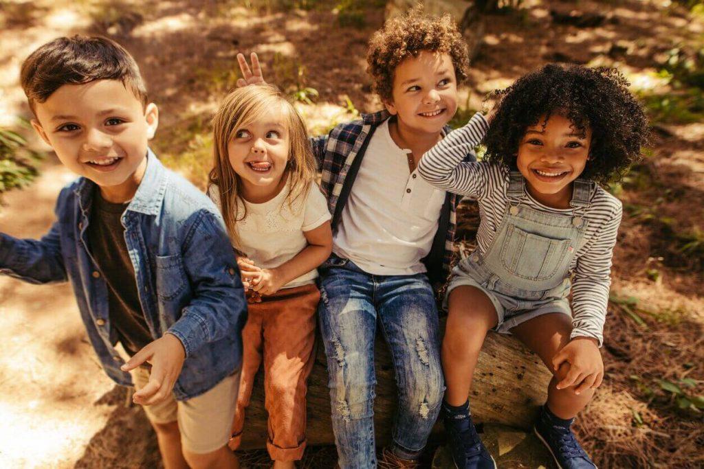 les enfants qui posent devant la caméra et font des visages farfelus préféreraient des questions pour les enfants