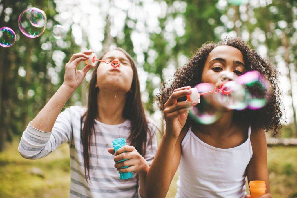 les jeunes filles qui font des bulles préfèrent les questions pour enfants