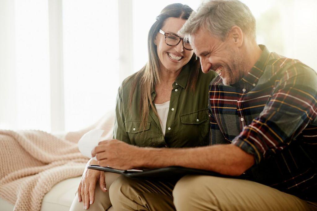 un couple de personnes âgées qui rient pour recommencer à 50 ans