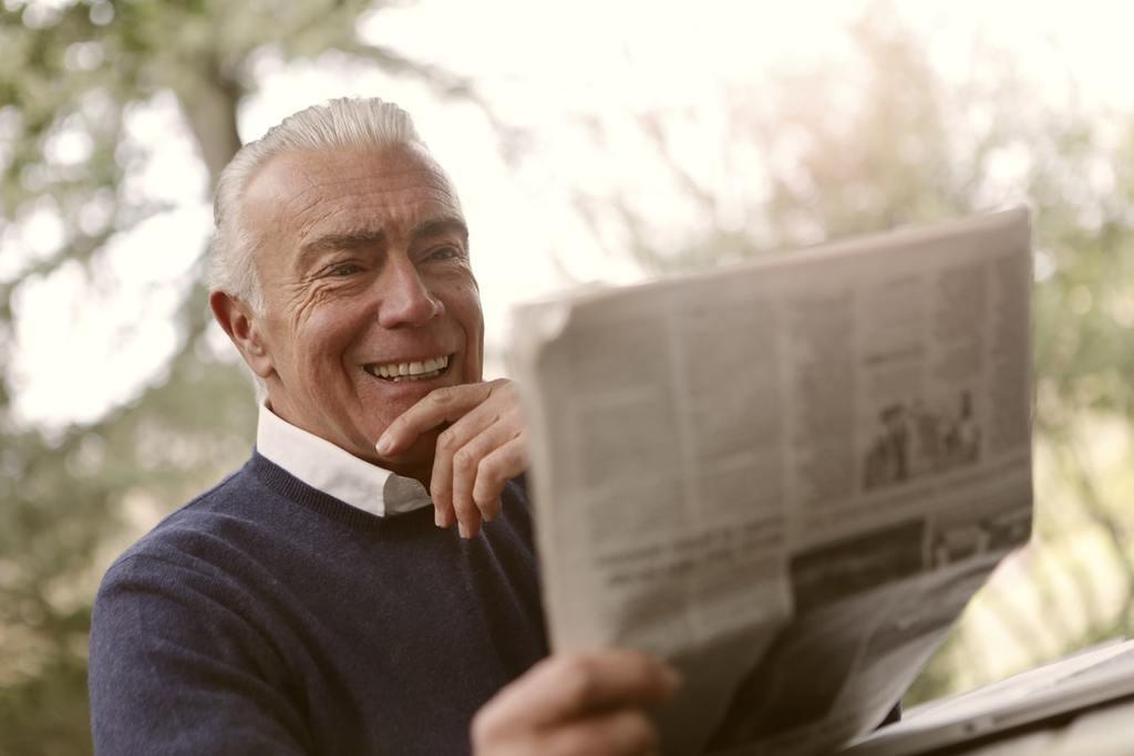homme âgé lisant le journal comment recommencer à 50