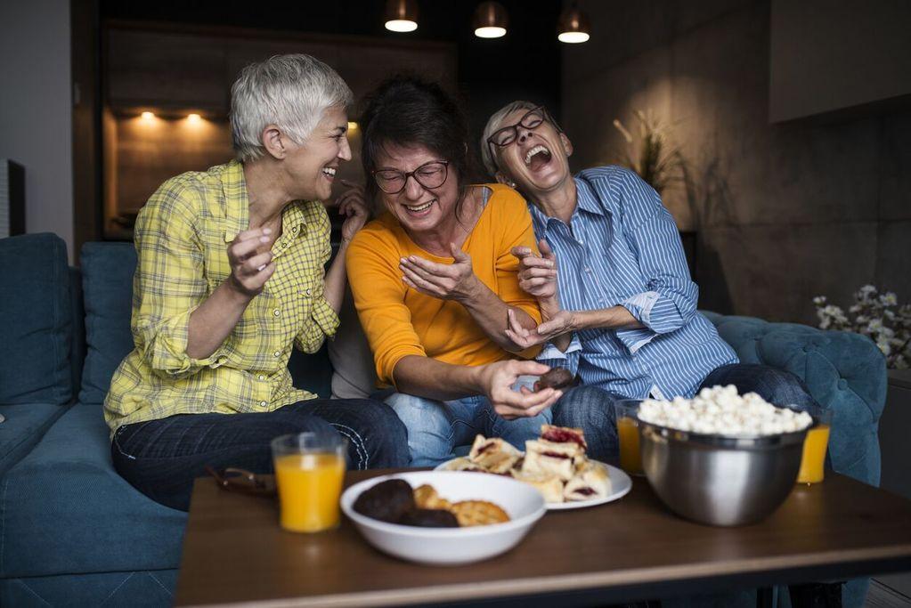 des femmes mûres qui rient et mangent du popcorn des filles la nuit des idées