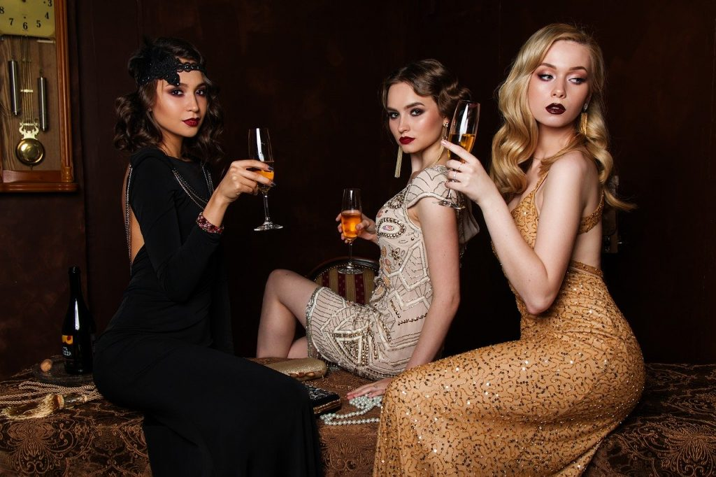 femmes en robe tenant du vin filles nuit en idées