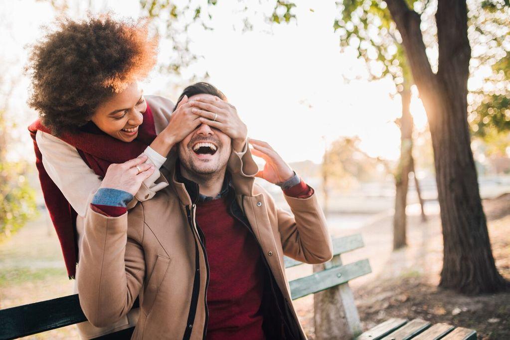 femme couvrant les yeux de l'homme relations dirigées par la femme