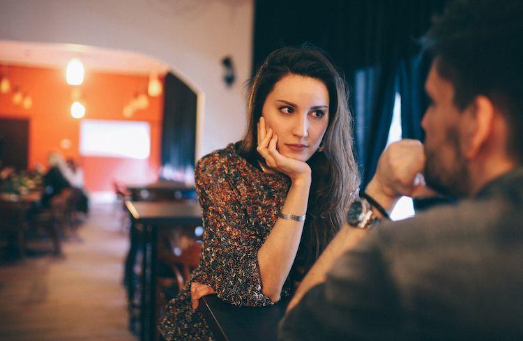 femme regardant l'homme avec la main sur le menton raisons pour lesquelles il vous garde près de lui