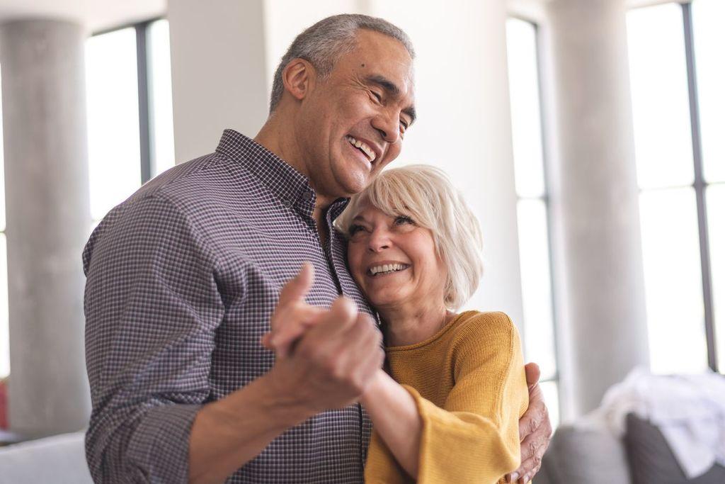 couple âgé dansant des gestes romantiques