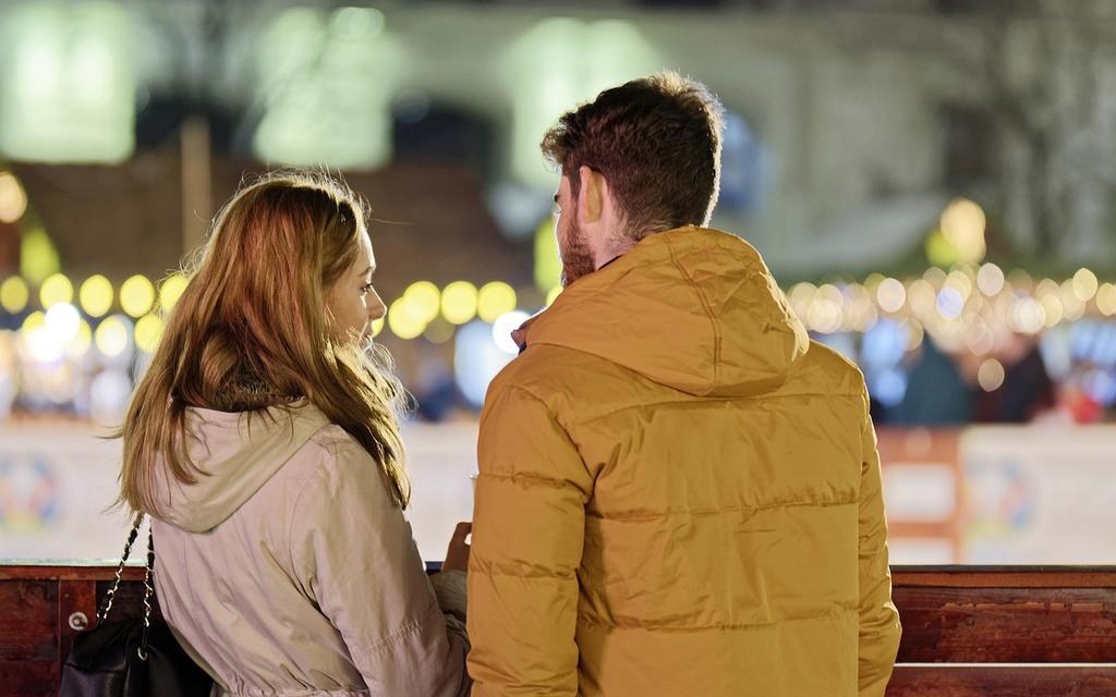 couple parlant dehors la nuit à quel point me connaissez-vous ?