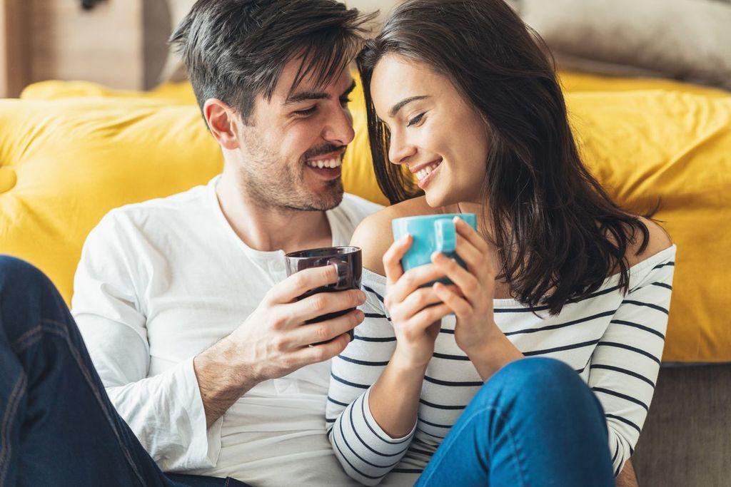 couple tenant une tasse questions intimes pour les couples