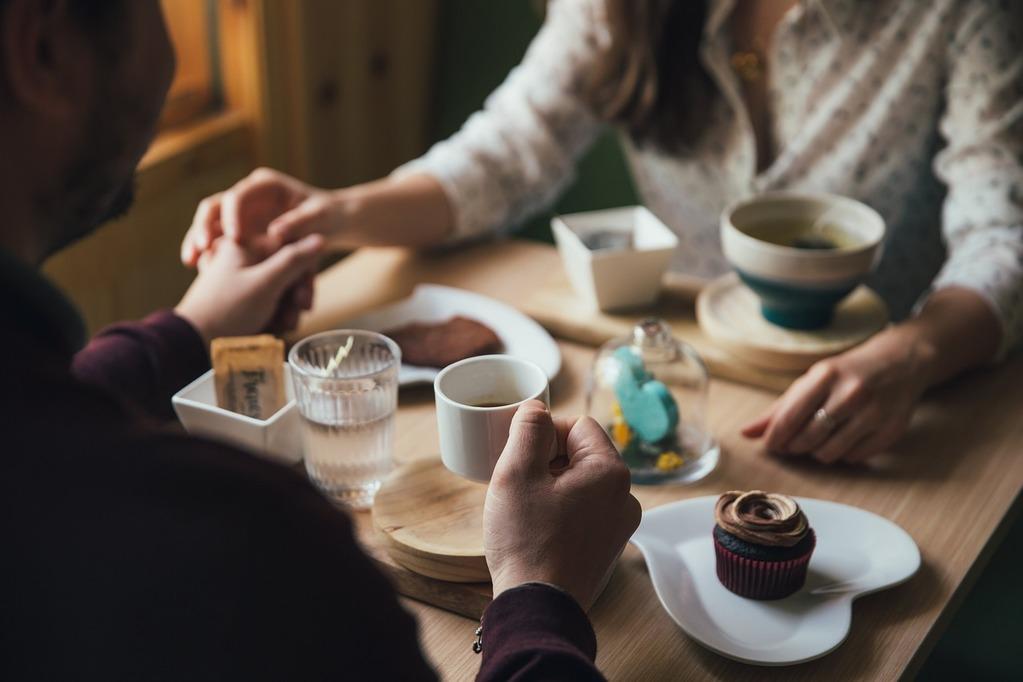 couple se tenant la main en mangeant des desserts à quel point me connaissez-vous ?
