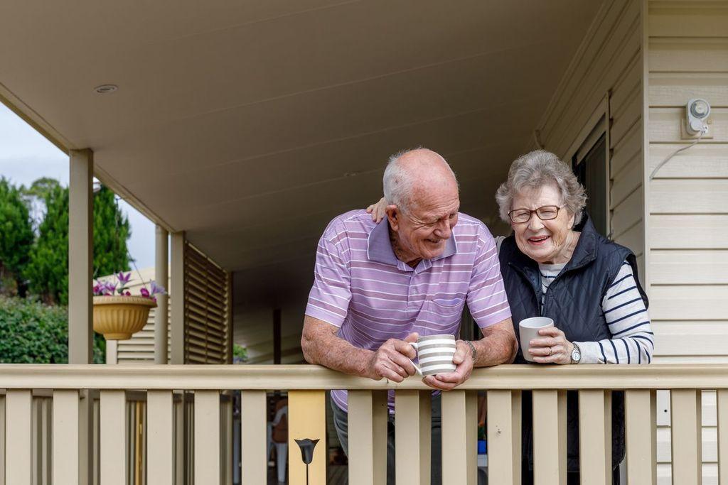 couple mature sur le porche en tenant le haut say i love you