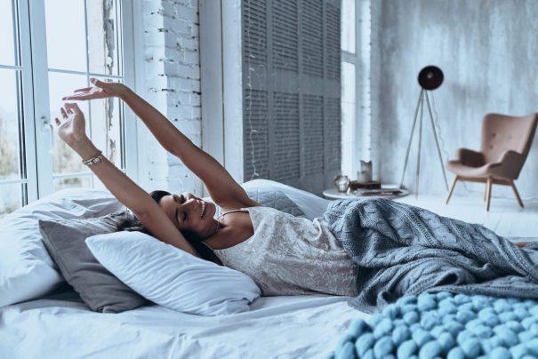 femme se réveillant, messages de bonjour
