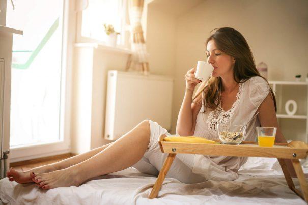 femme prenant son petit déjeuner, messages de bonjour