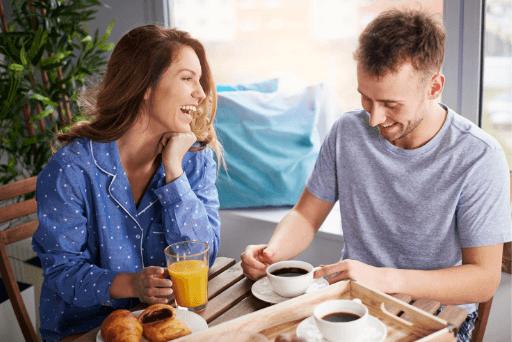 couple rire tout en prenant le petit déjeuner des questions drôles à poser à une fille