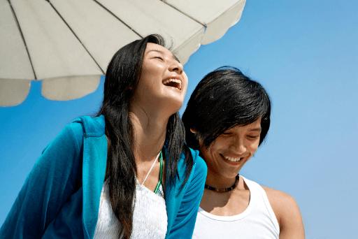 Couple en riant sous le parapluie des questions drôles à poser à une fille