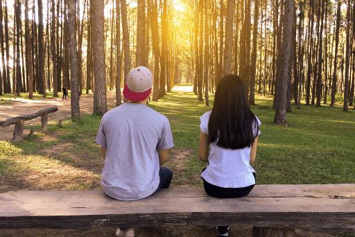 couple assis sur un banc en bois bonne personne mauvais moment