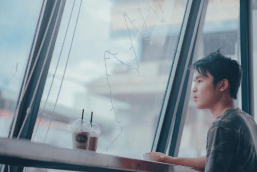 L'homme seul à la fenêtre en verre n'a jamais été en couple