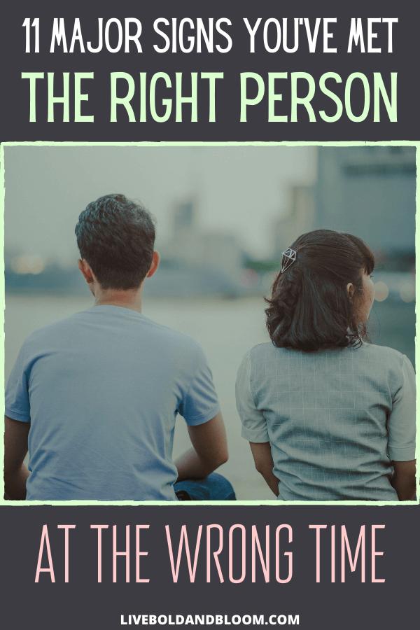 Rencontrer la bonne personne au mauvais moment est plus courant que vous ne le pensez (pas que cela facilite les choses).  Il y a une raison pour laquelle «FOMO» (Peur de manquer) est une chose.  Lorsque nous rencontrons quelqu'un qui nous semble idéal, nous voulons que cela fonctionne.