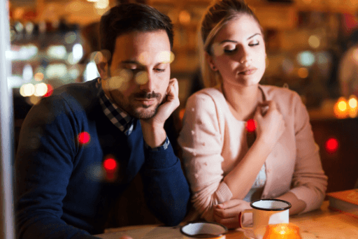 femme regardant la relation téléphonique de l'homme après avoir triché