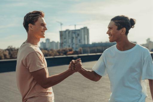 Deux amis masculins se serrent la main d'un bon ami