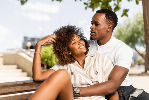 Couple à l'extérieur assis sur des panneaux de banc, vous pouvez l'épouser