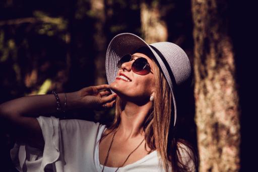 femme portant un chapeau et des lunettes de soleil qualités d'une bonne femme