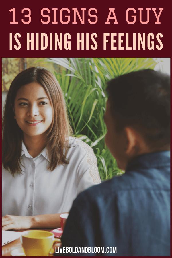 Vous vous demandez si ce type a des sentiments pour vous mais les garde?  Vérifiez ces 13 signes révélateurs qu'un gars vous cache ses vrais sentiments.